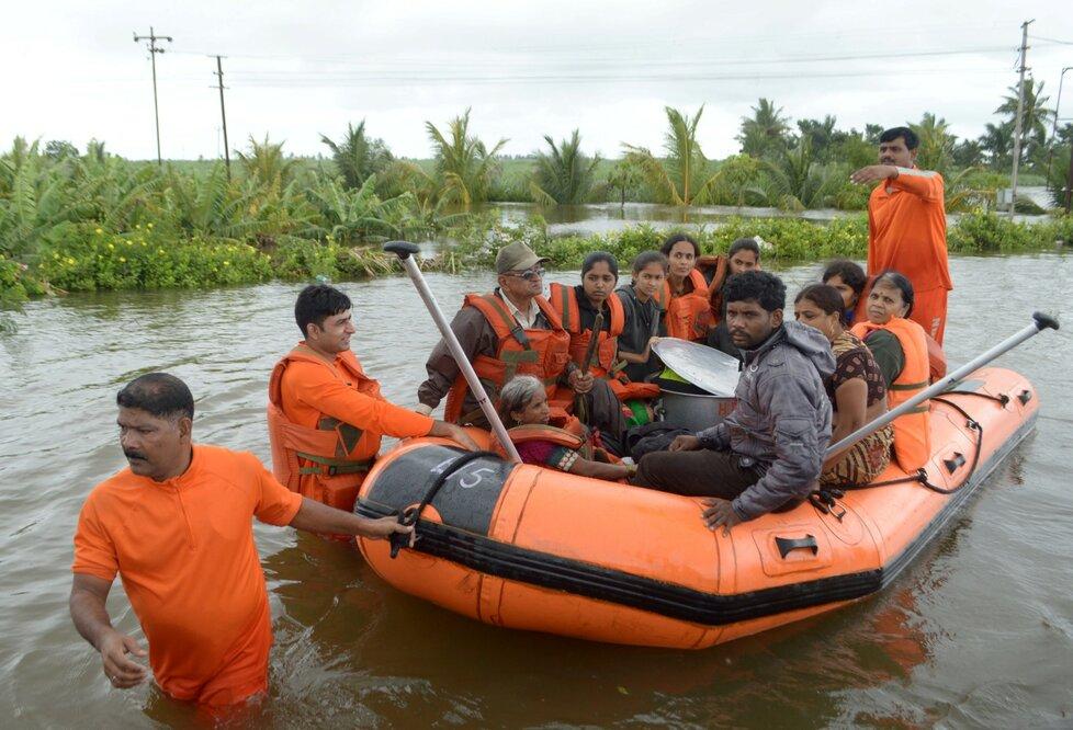 Záplavy a sevuvy půdy pustoší i Indii, zemřelo nejméně 42 lidí. (10.8.2019)