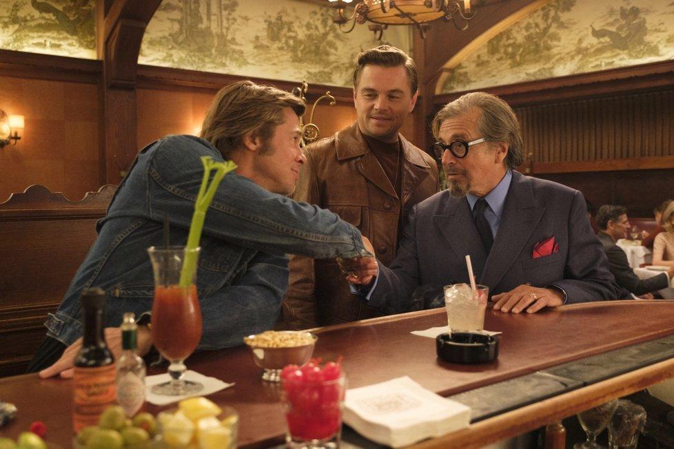 Tarantinův film Tenkrát v Hollywoodu s Bradem Pittem a Leonardem DiCapriem.