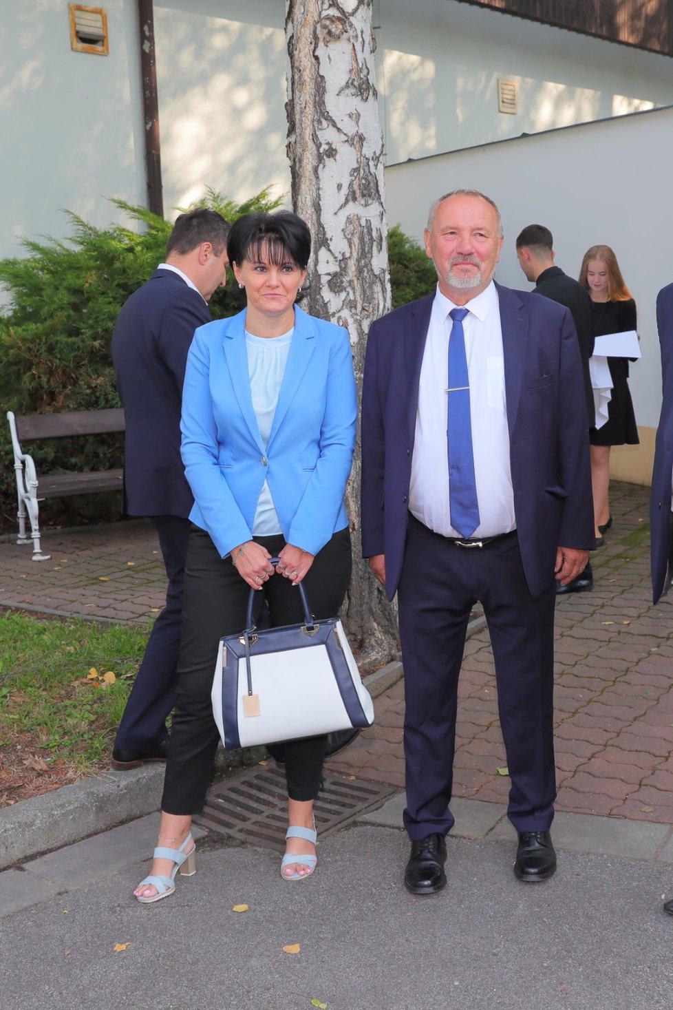 Předseda poslanců KSČM Pavel Kováčik a jeho policistka (22. 8. 2019)