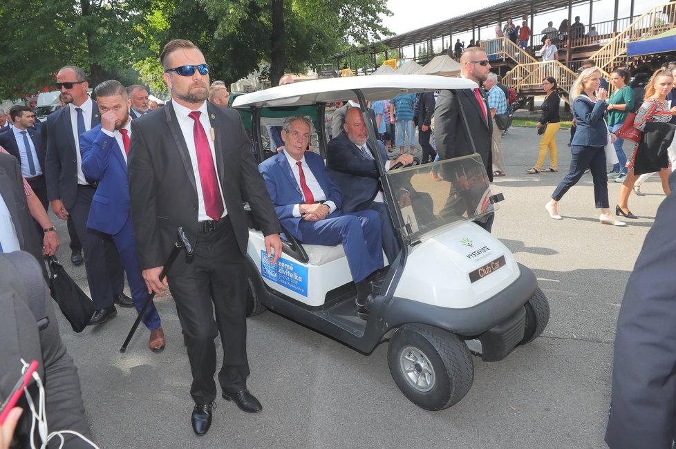 Prezidenta Zemana svezl vozíkem na Zemi živitelce ministr zemědělství Toman (ČSSD) (22.8.2019)