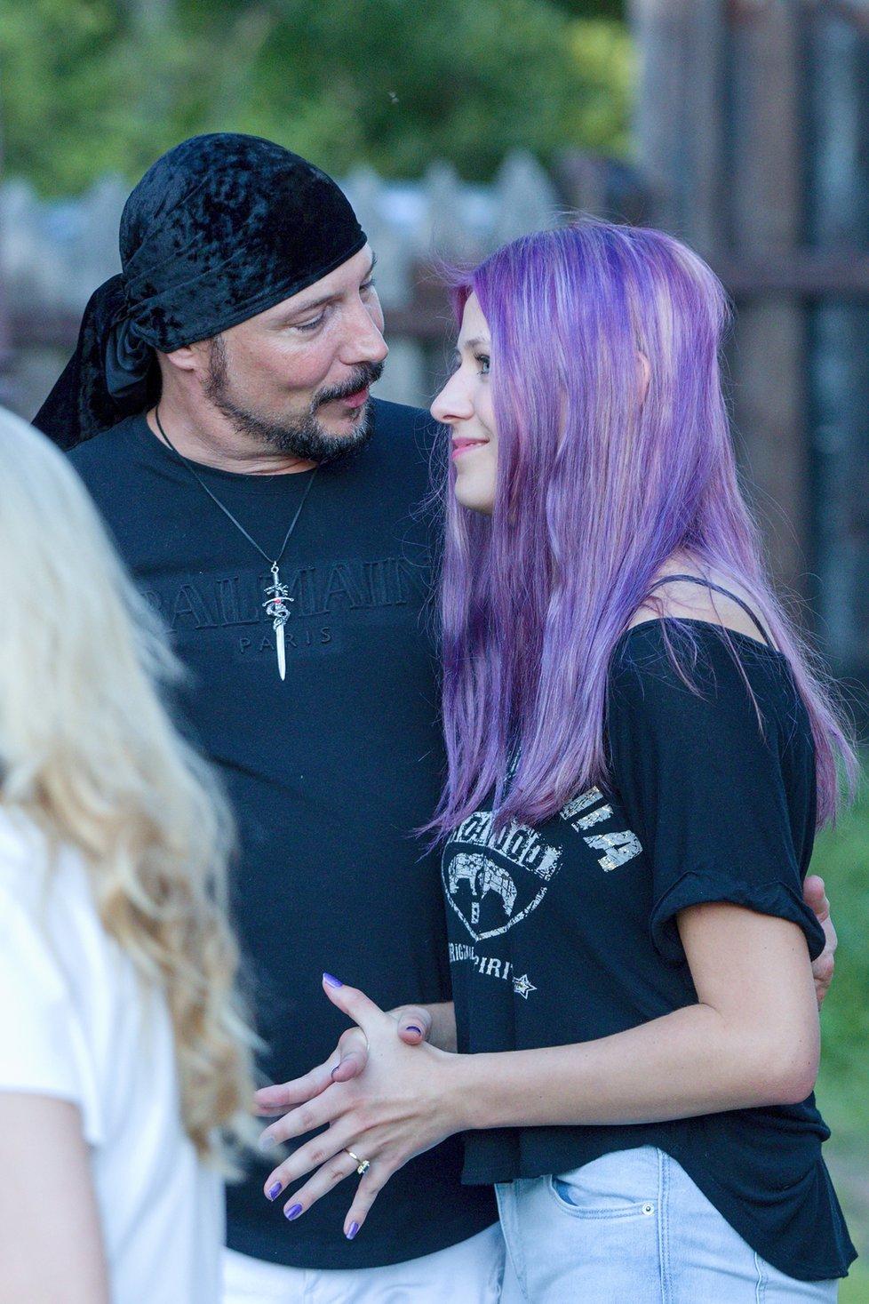 Bohuš Matuš s přítelkyní Lucinkou na oslavě zpěvákových narozenin