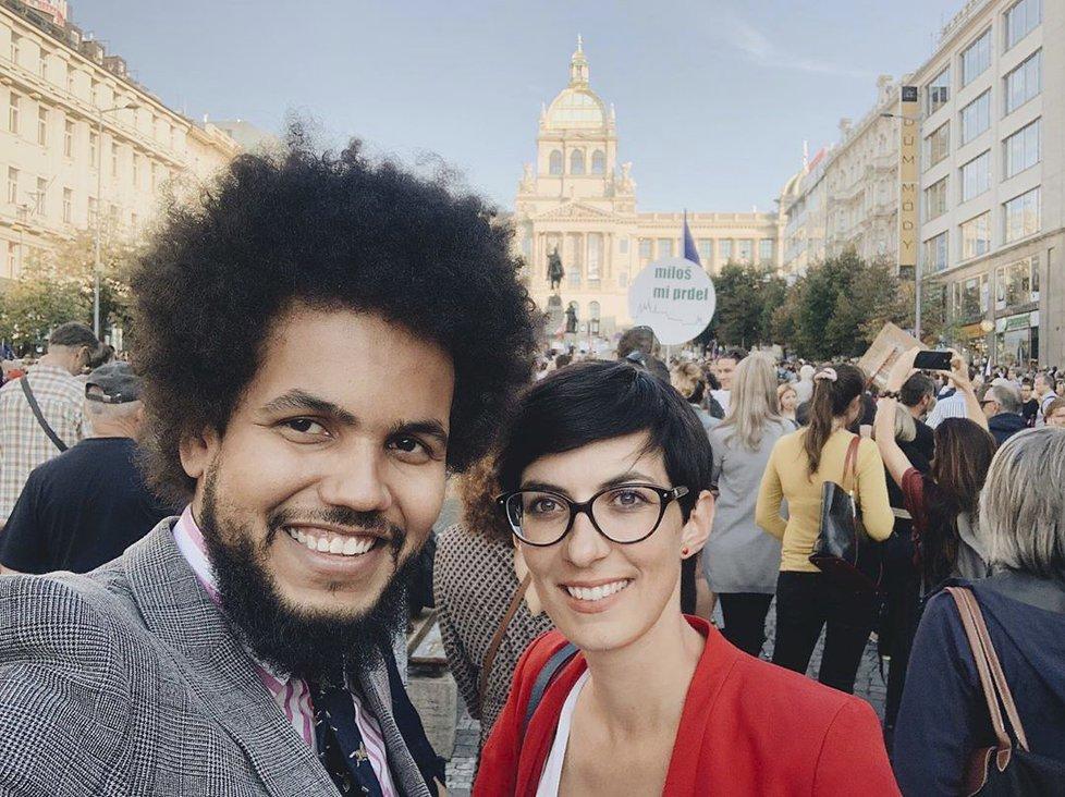 Selfie si Dominik Feri pořídil také s místopředsedkyní TOP 09 Markétou Pekarovou Adamovou na demonstraci na Václavském náměstí namířené proti Andreji Babišovi