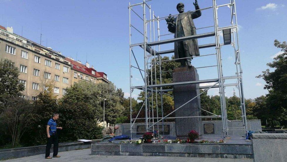 Plachtu kolem sochy maršála Koněva v Praze 6 v sobotu odpoledne někdo strhl.