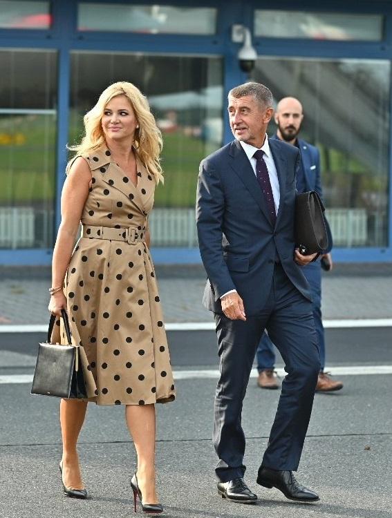 Andrej Babiš nastupuje do vládního speciálu s manželkou Monikou po boku před cestou do Turecka (2.9.2019)