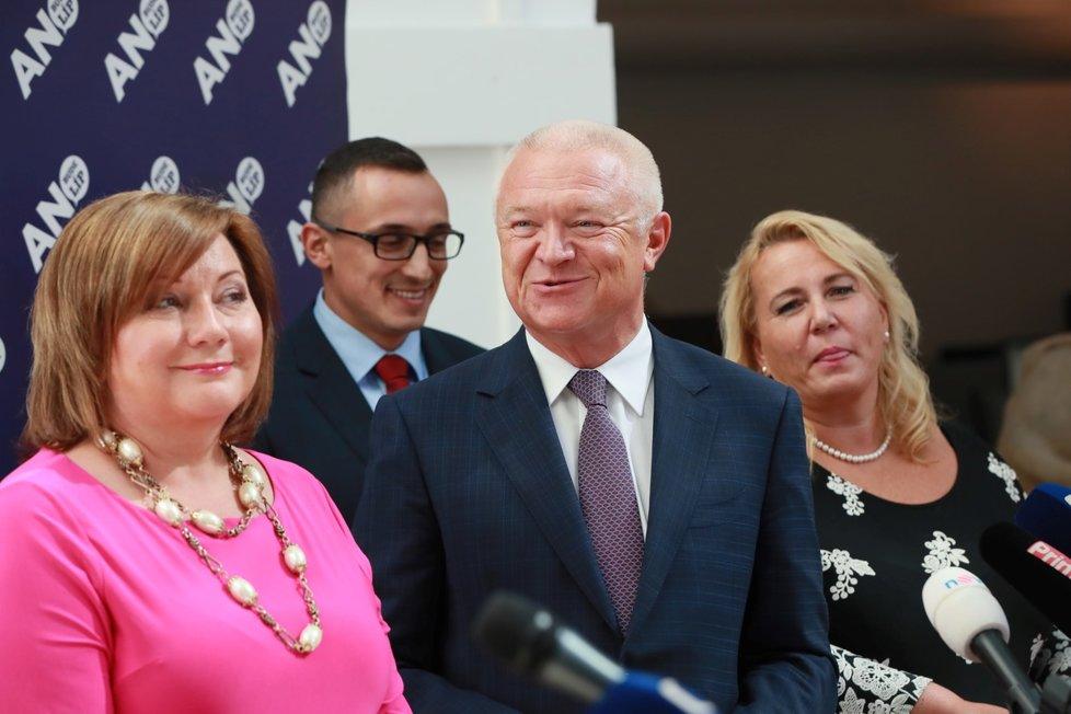 Faltýnek ve Sněmovně na tiskovce ANO, vlevo ministryně financí Alena Schillerová