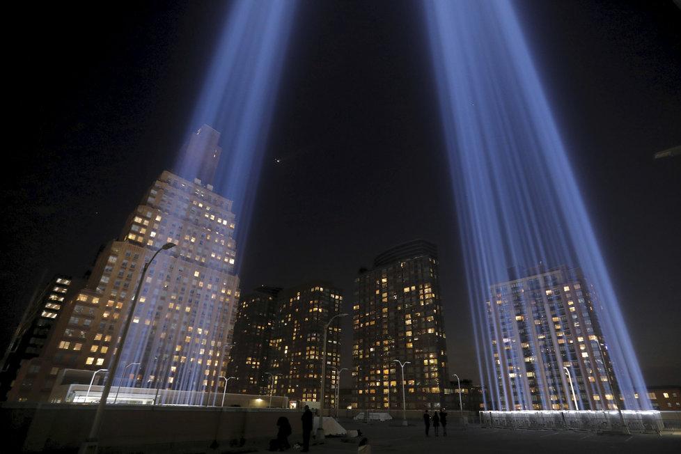 USA si připomněly 18 let od tragických útoků z 11. září 2001. Na místě, kde stávaly věže WTC, se rozsvítily světelné sloupy.