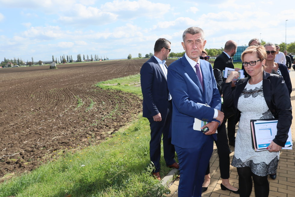 Andrej Babiš (ANO) mluvil u pole a metra v Letňanech o nové administrativní čtvrti. Vpravo šéfka Úřadu pro zastupování státu ve věcech majetkových Kateřina Arajmu (17.9.2019)