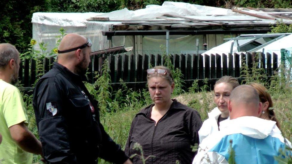 Sedlec u Starého Plzence, dům, kde množitelka Iva Wastlová odkládala nepotřebná zvířata Takhle to v domě během policejního zátahu vypadalo. Iva Wastlová uprostřed (v černé košili)