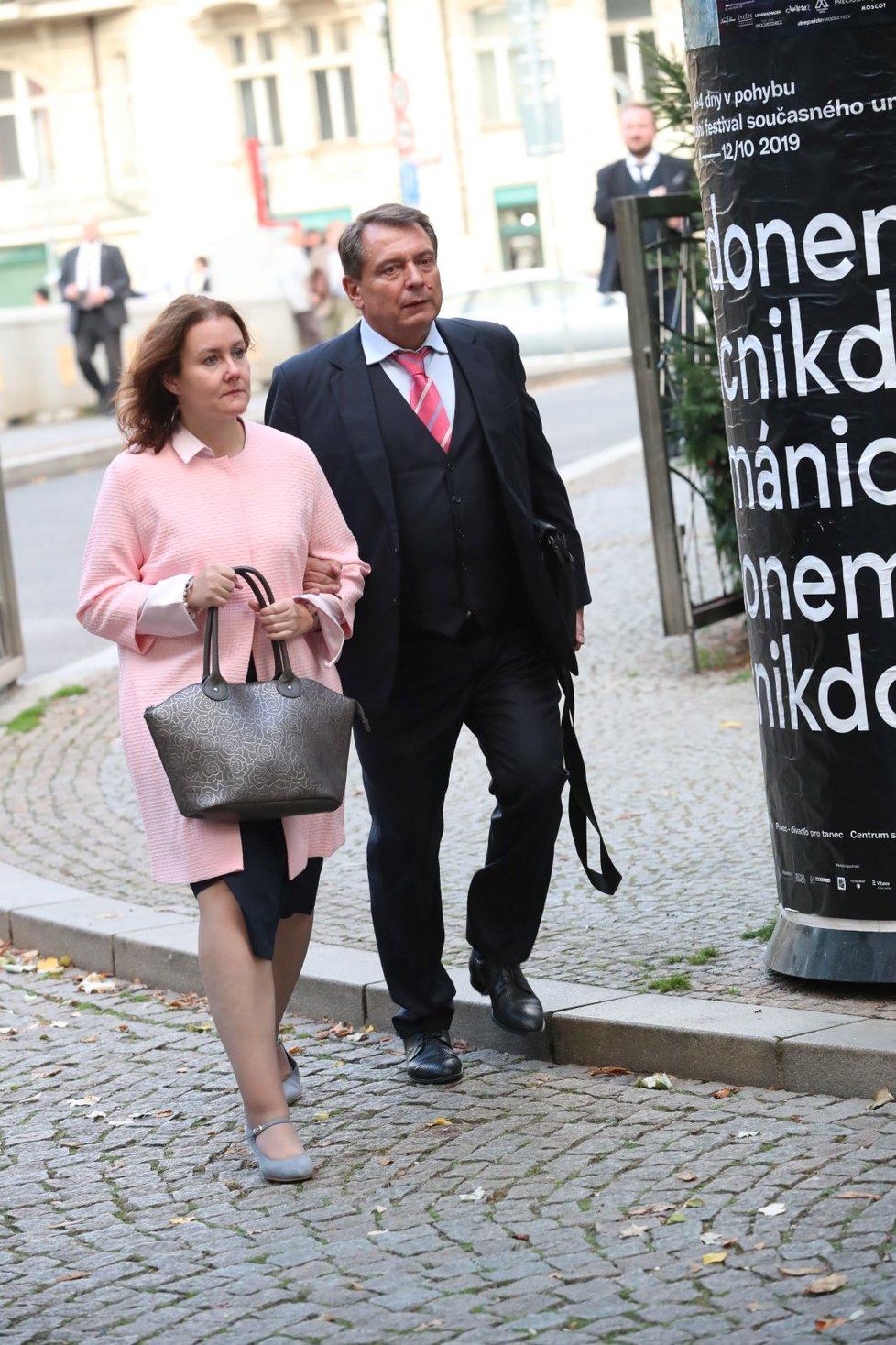 Expremiér za ČSSD Jiří Paroubek během příchodu na recepci pořádanou čínskou ambasádou v pražském paláci Žofín (25. 9. 2019)