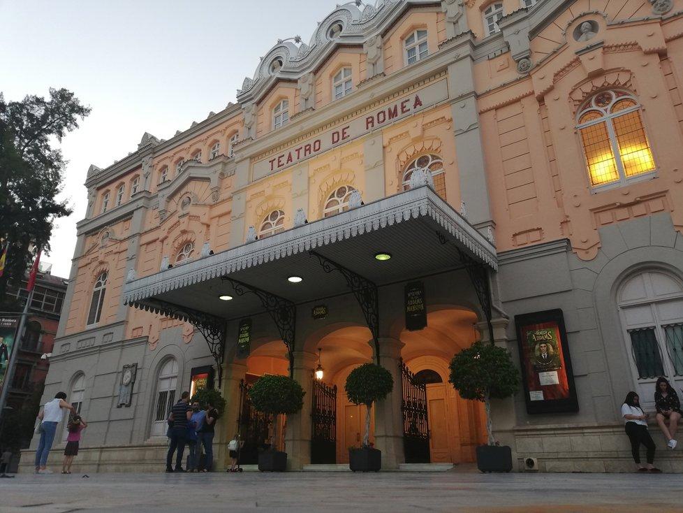 Kulturní život města reprezentuje více než 150 let divadlo Romea Theatre v historickém centru.
