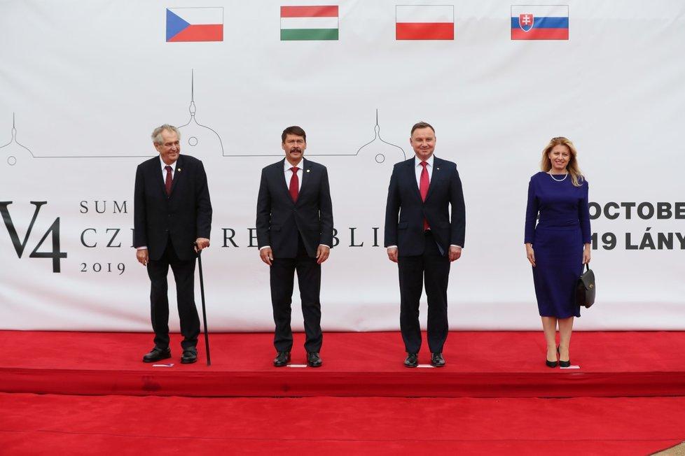 Zleva český prezident Miloš Zeman, prezident Maďarska János Áder, prezident Polska Andrzej Duda a slovenská hlava státu Zuzana Čaputová na summitu V4 na zámku v Lánech (2. 10. 2019)