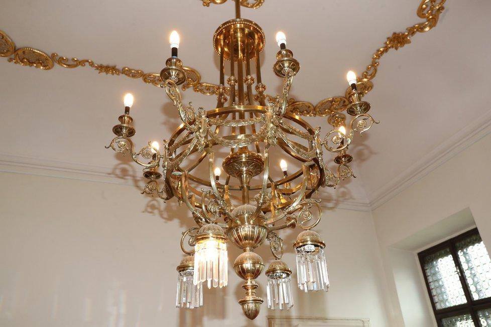 Návštěvníky ohromil obří pozlacený lustr.