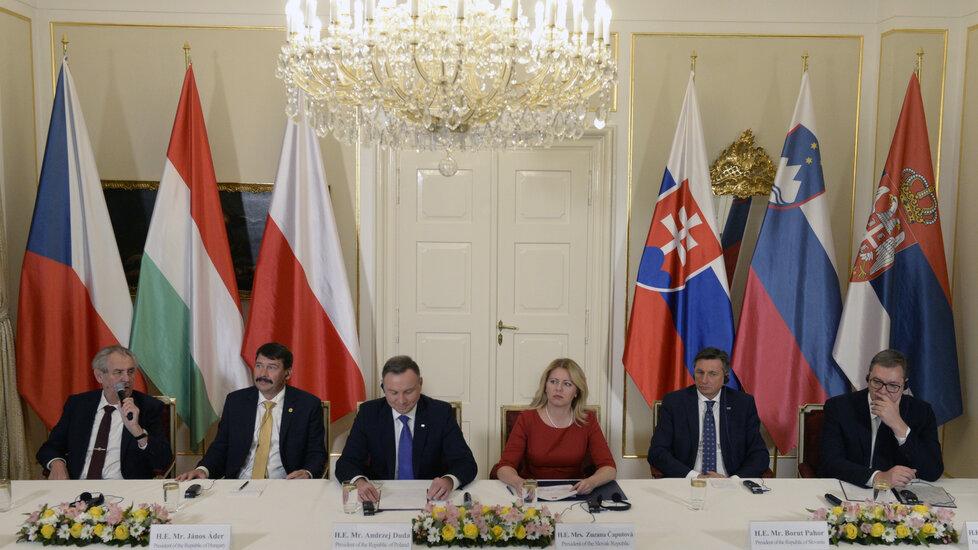 Summit V4 v Lánech: Miloš Zeman, János Ader, Andrzej Duda, Zuzana Čaputová, Borut Pahor a Aleksandar Vučič