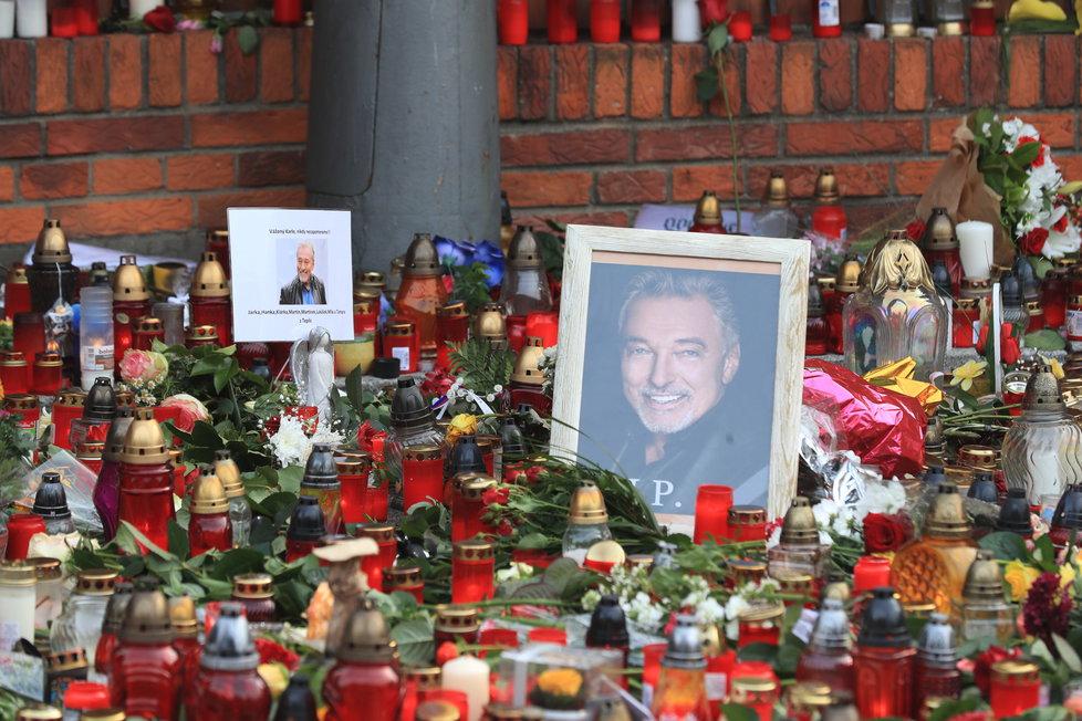 Fanoušci Karla Gotta nosí na Bertramku svíčky, květiny a dárečky