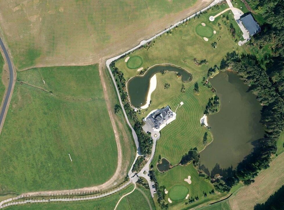 Letecký pohled na sídlo Leona Tsoukernika