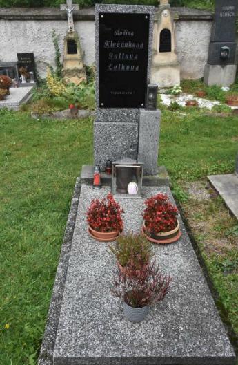 Hřbitov v Újezdu u Svatého Kříže. Tady odpočívají Gottovy rodiče Marie a Karel. A právě tady chtěl být zpěvák dříve pohřben. Bude tomu tak?