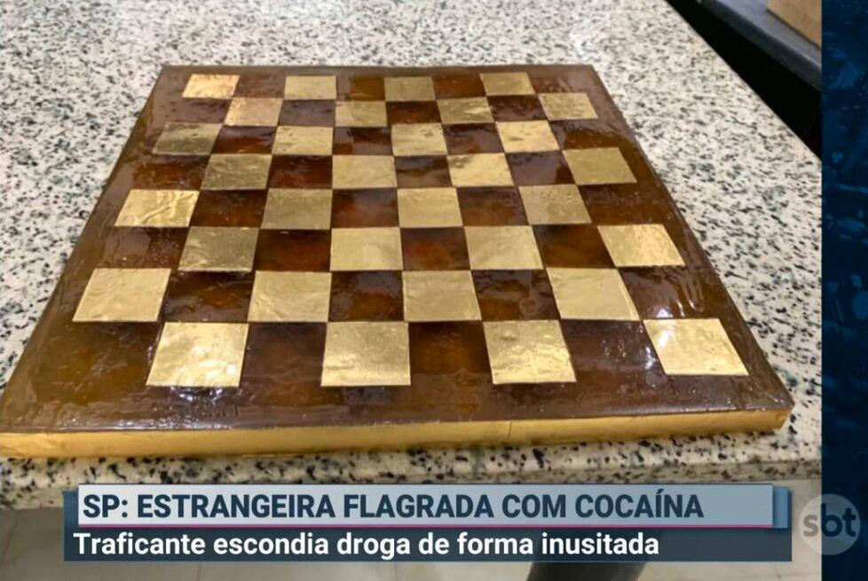 Drogy prý ukrývala v šachovnici a replice obrazu od da Vinciho.