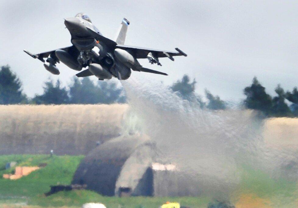 Stíhačka F-16 amerického letectva vzlétá ze základny v německém Spangdahlemu