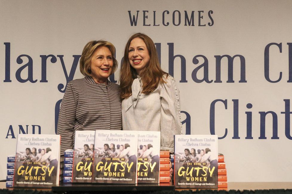 Hillary Clintonová s dcerou Chelsea na knižním turné knihy, kterou společně napsaly.