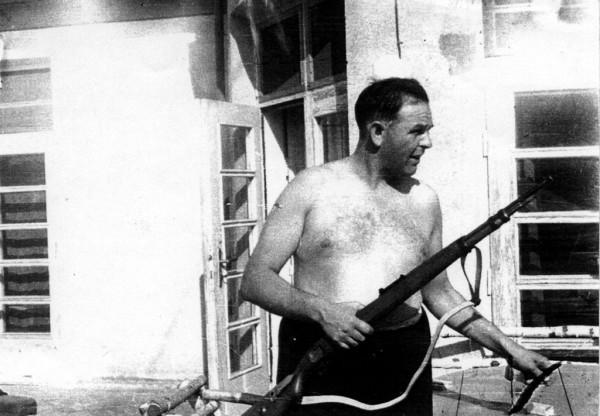 Velitel koncentračního tábora Kraków-Płaszów Amon Leopold Goeth na balkoně své vily v Krakově. 5. září 1946 byl odsouzen k smrti a 13. září v krakovském vězení Montelupich oběšen. Ve filmu najdete scénu, která z této fotografie vychází.