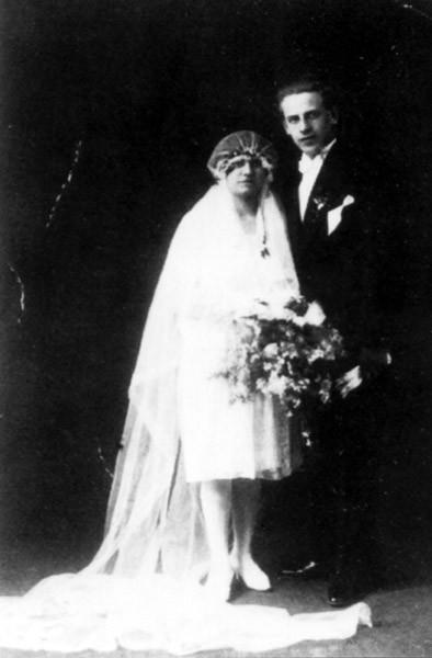 Oskar Schindler se žení. V roce 1928 si vzal Emílii Pelzlovou ze Starého Maletína.