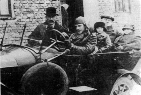Auto v roce 1925? Oskar Schindler ho tehdy měl.