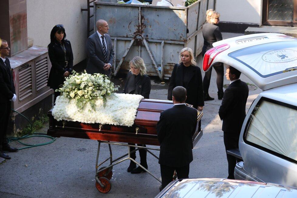 Poslední loučení na dvoře krematoria v Motole.