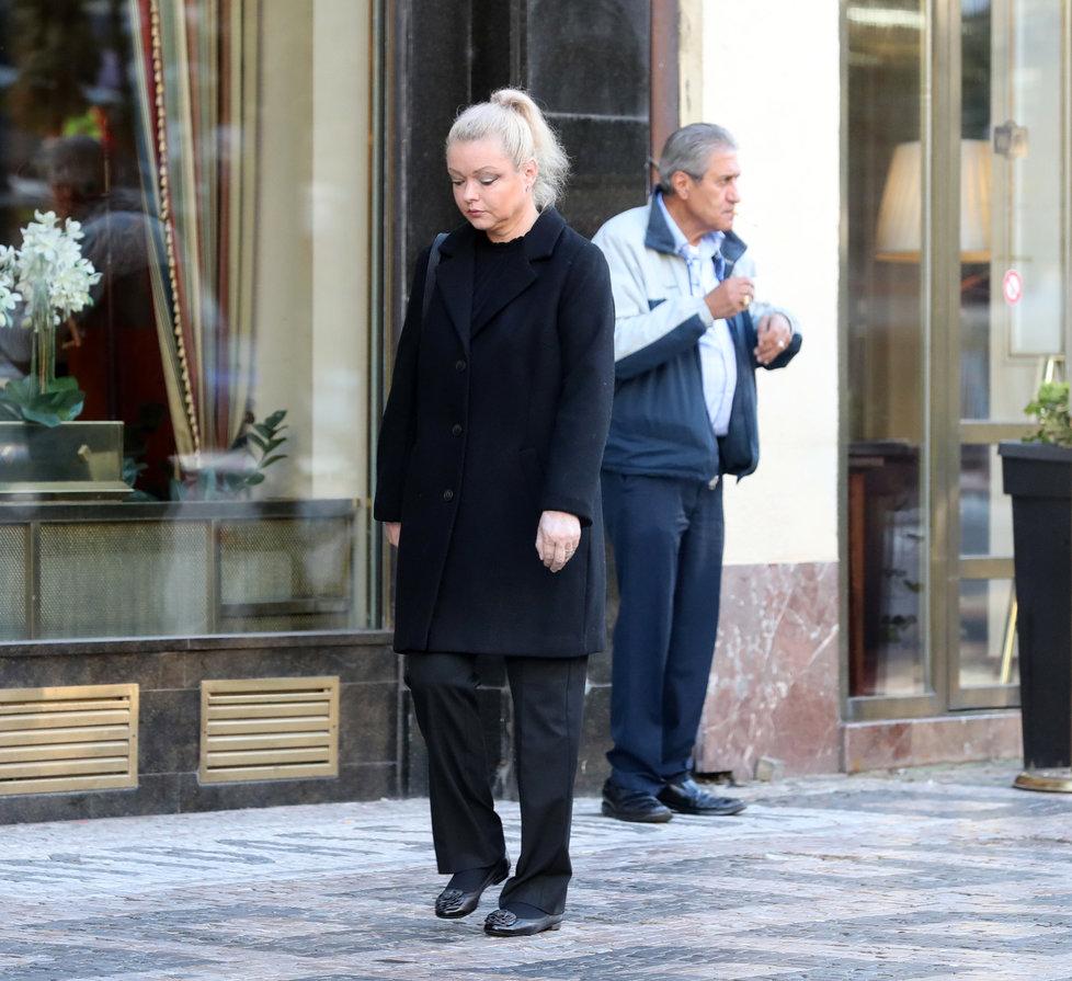 Dominika Gottová před hotelem