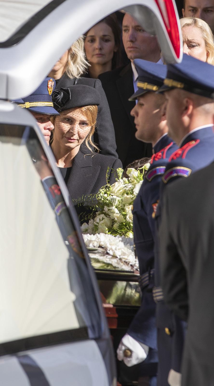 Poslední rozloučení s Karlem Gottem: Ivana a Dominika Gottová
