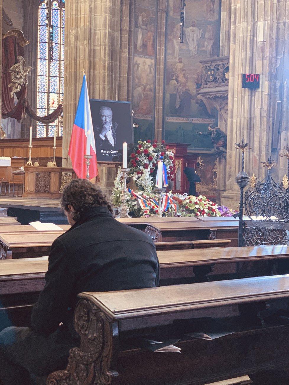 Nejdojemnější foto z pohřbu Karla Gotta (†80): Jágr zůstal sám v katedrále po obřadu!