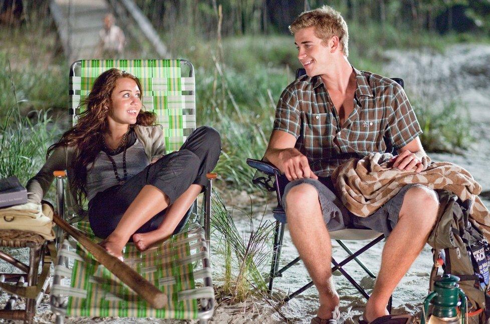 Miley Cyrus a Liam Hemsworth ve filmu Poslední píseň.