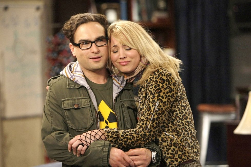 Kaley Cuoco a Johnny Galecki v seriálu Teorie velkého třesku
