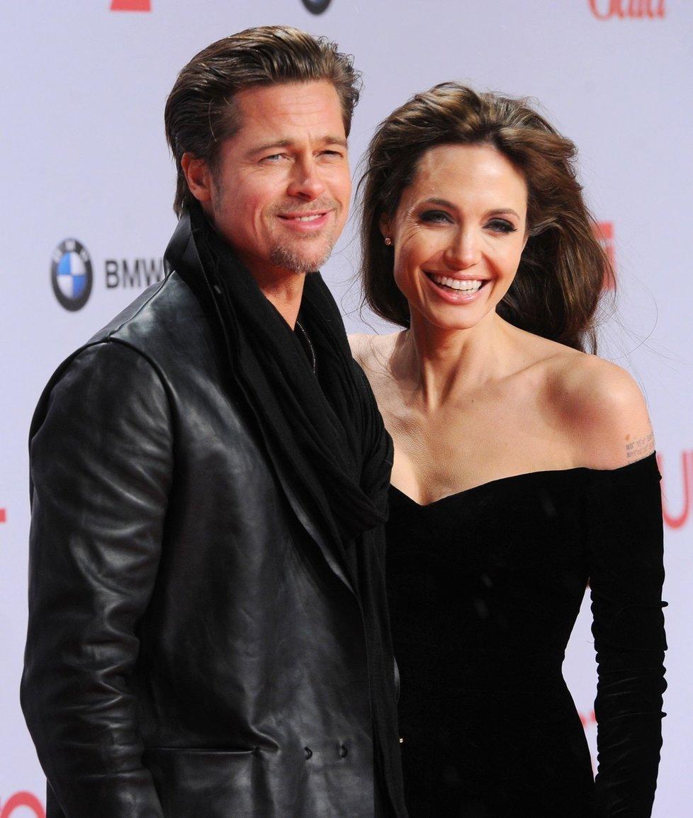 Jeden z nejkrásnějších párů Hollywoodu se dal dohromady v roce 2005 při natáčení filmu Pan a paní Smithovi. Spousta fanoušků měla Bradovi za zlé, že kvůli Angelině opustil Jennifer Aniston. V roce 2014 se vzali, ale o dva roky později přišel rozvod. Společně vychovávali šest dětí.