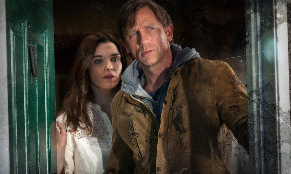 Daniel Craig a Rachel Weisz ve filmu Dům snů.