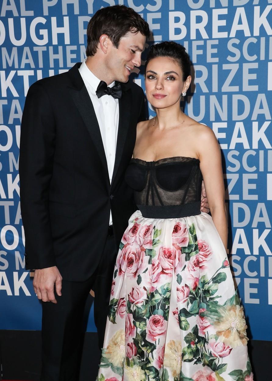 Ashton Kutcher a Mila Kunis spolu poprvé natáčeli v roce 1998. Cestu si k sobě našli až o mnoho let později, v roce 2015 se konala svatba. Mají spolu dvě děti.