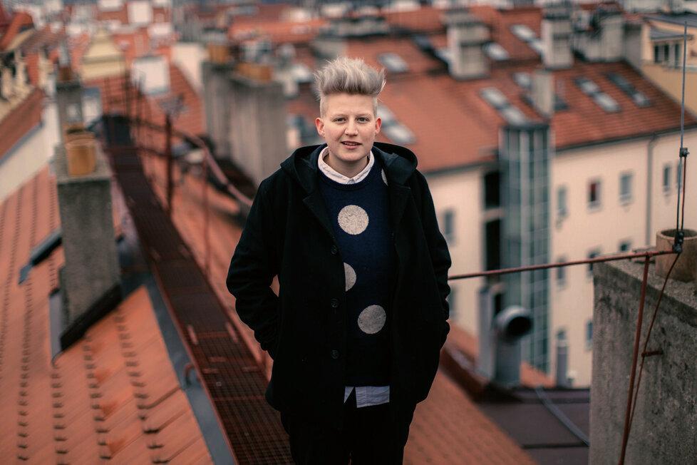 Eliška Podzimková (27) je česká animátorka, ilustrátorka, fotografka a umělkyně všeho druhu nyní žijící v Praze. V roce 2014 absolvovala Filmovou Akademii Miroslava Ondříčka v Písku.
