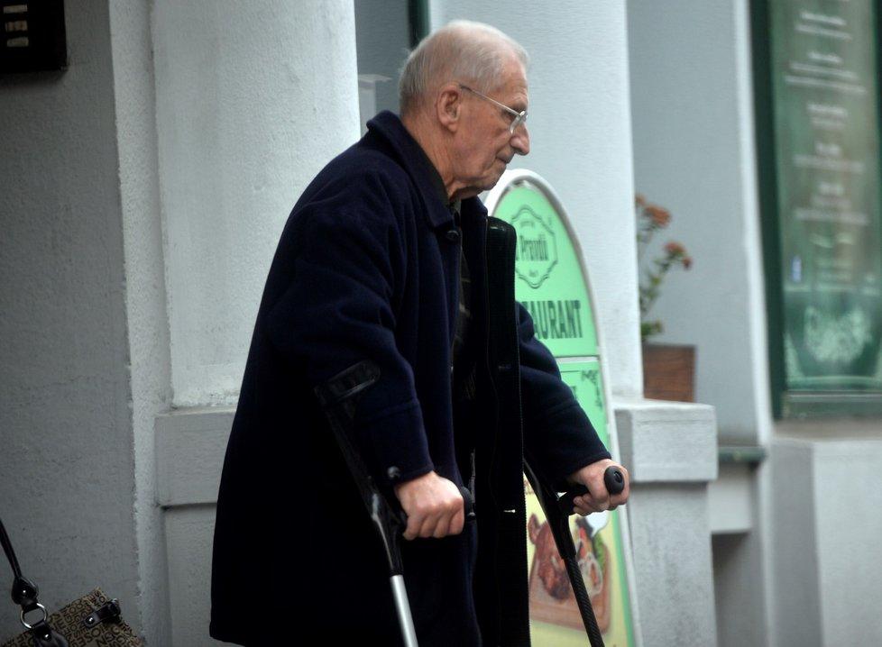 Lubomír Štrougal byl nejdéle sloužícím premiérem. Nyní chodí už několik let o holích.