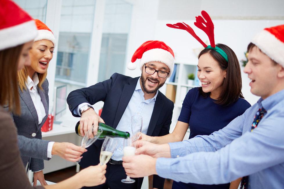Odborníci radí, aby se lidé na večírku nenechali přemlouvat k dalšímu pití alkoholu.