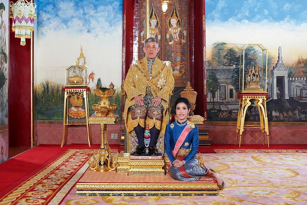 Thajský král Mahá Vatčirálongkón se svou konkubínou Sinínat Vongvadžirapakdiovou