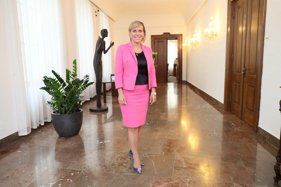 Jana Mračková Vildumetzová (46, ANO) se vzdá kvůli těhotenství hejtmanského křesla. Ponechá si jen mandát poslankyně. Porodit by měla v dubnu. O těhotenství i práci se rozpovídala víc v obsáhlém rozhovoru pro Blesk Zprávy.