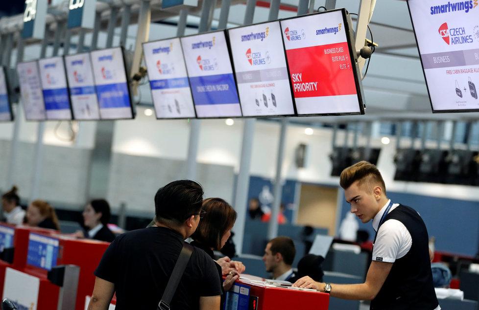 Cestující se společností Smartwings na Letišti Václava Havla v Praze