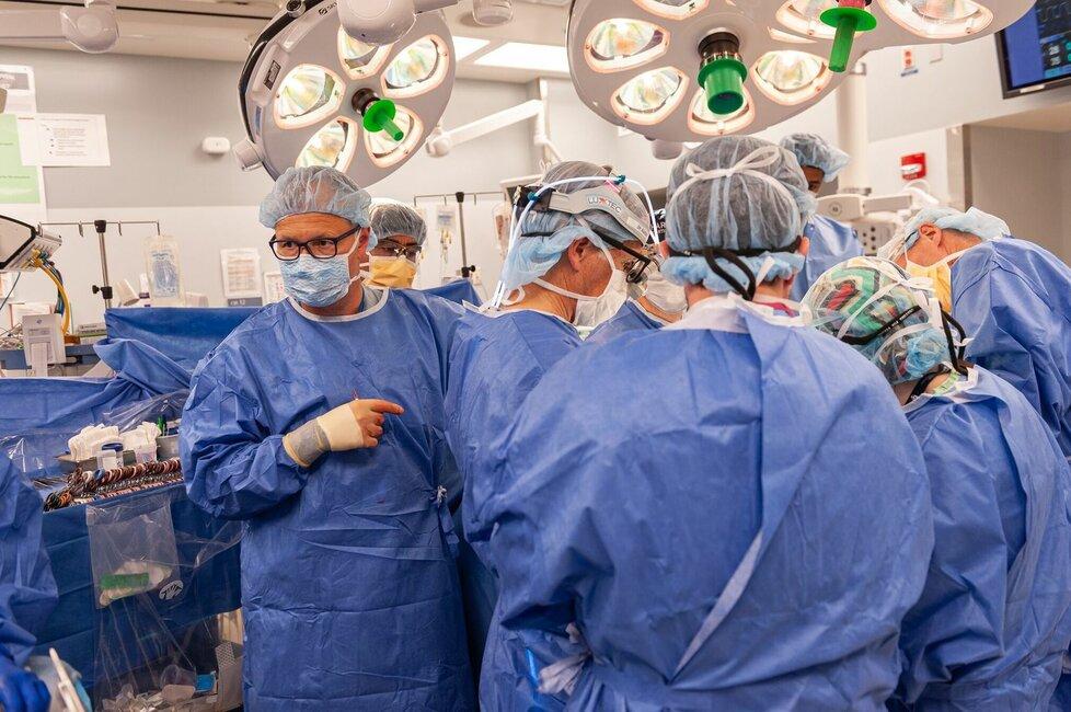Tým chirurgů okolo Pomahače při zákroku