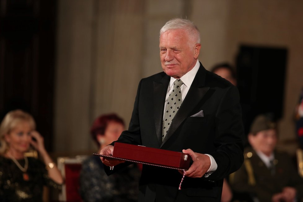 Prezident Miloš Zeman udělil Řád Bílého lva Václavu Klausovi (28. 10. 2019)