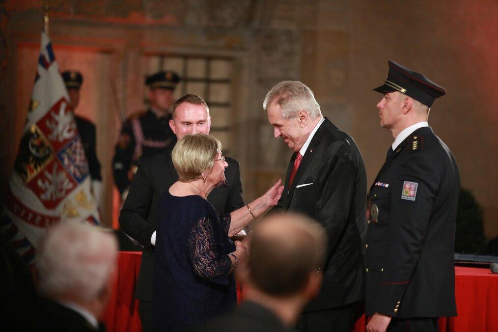Prezident Miloš Zeman udělil medaili Za hrdinství Boženě Ivanové (28. 10. 2019)