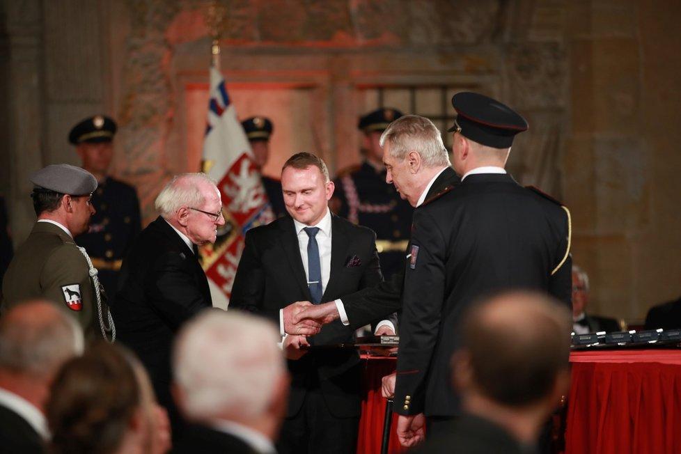Prezident Miloš Zeman udělil medaili Za hrdinství Tomáši Procházkovi (28. 10. 2019)
