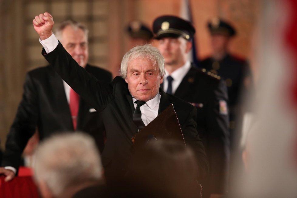 Prezident Miloš Zeman udělil medaili Za zásluhy Janu Saudkovi (28. 10. 2019)