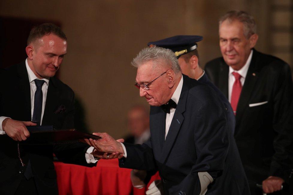 Prezident Miloš Zeman udělil medaili Za zásluhy Josefu Zímovi (28. 10. 2019)
