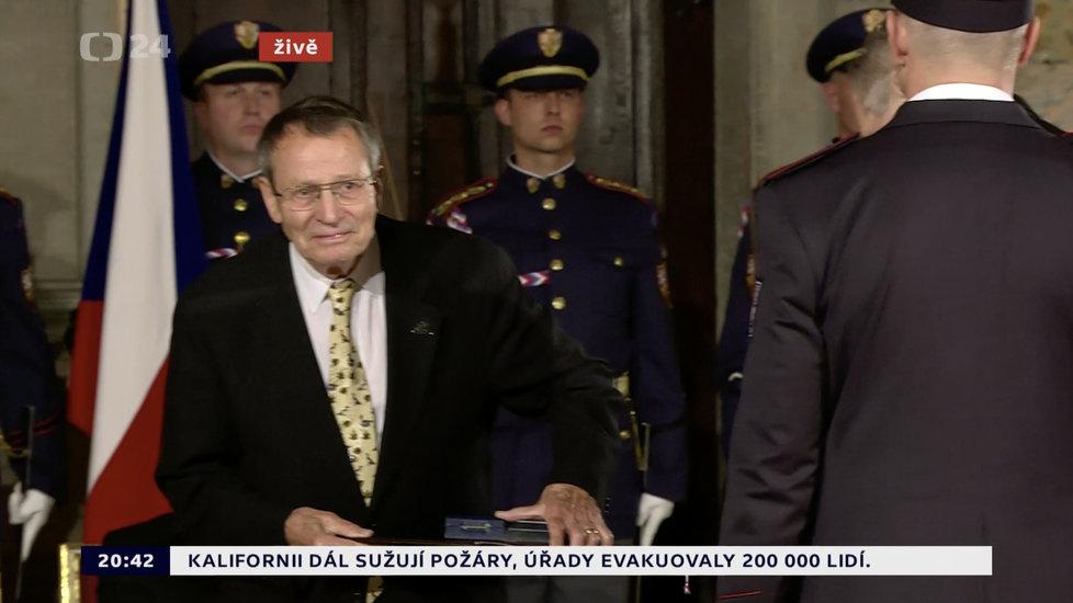 Prezident Miloš Zeman udělil medaili Za zásluhy Elišce Junkové–Khásové (28. 10. 2019)