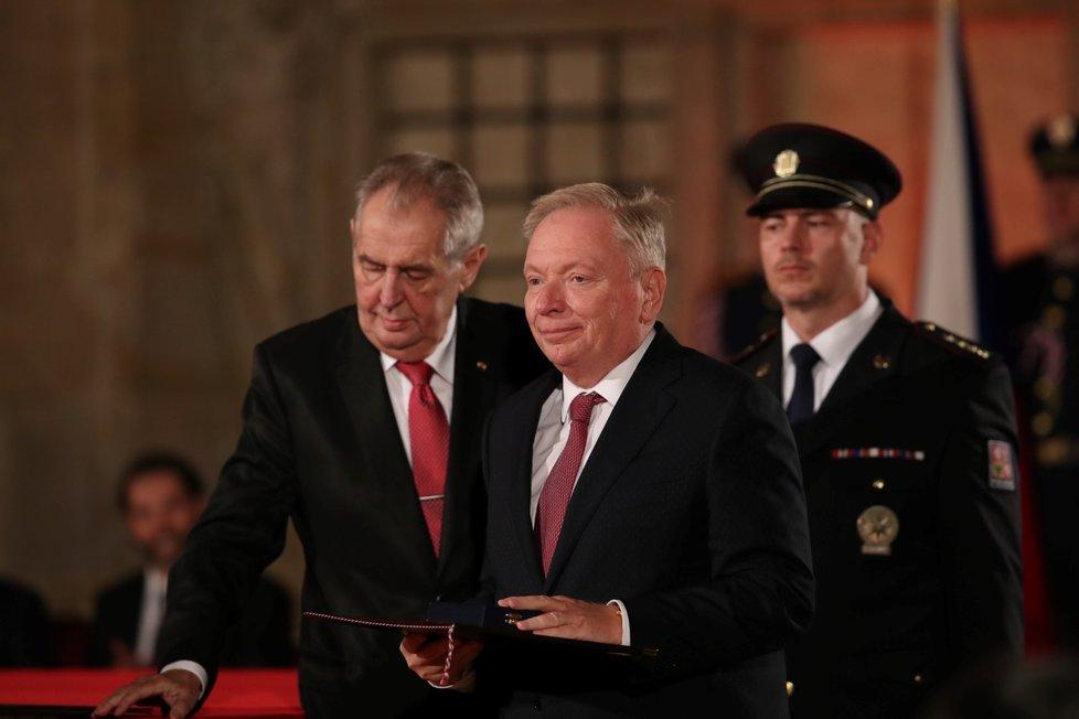 Prezident Miloš Zeman udělil Medaili Za zásluhy Pavlu Smutnému (28. 10. 2019)