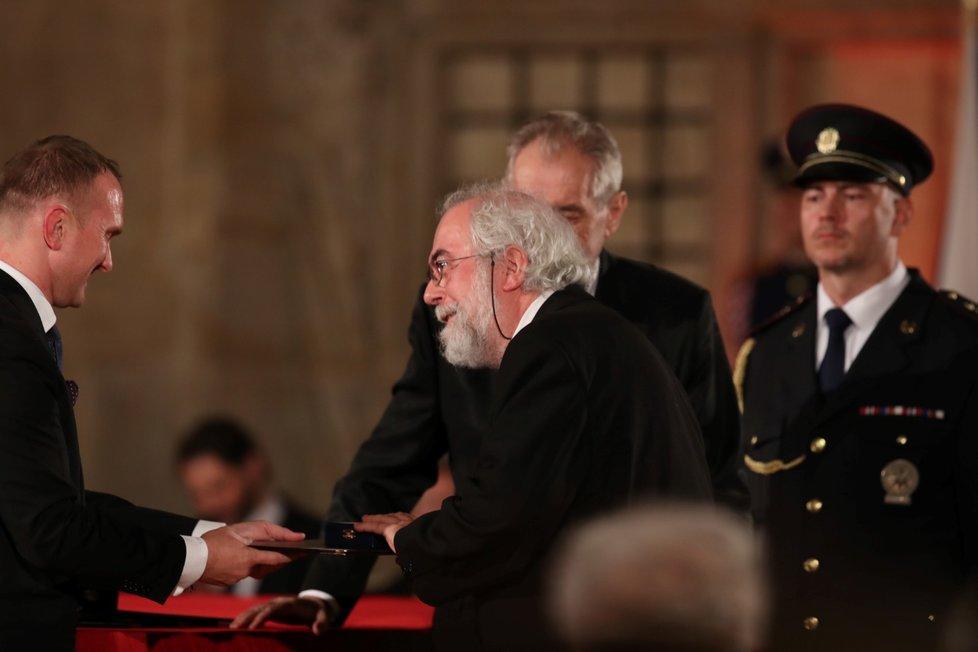Prezident Miloš Zeman udělil medaili Za zásluhy Janu Schneiderovi (28. 10. 2019)